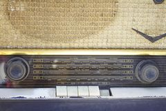 Radio vieja antigua en el fondo blanco imagen de archivo libre de regalías