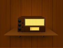 Radio vieja en un fondo de madera imagen de archivo