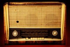 Radio vieja en un fondo rojo Fotografía de archivo libre de regalías