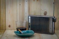 Radio y cigarrillo viejos Fotografía de archivo libre de regalías