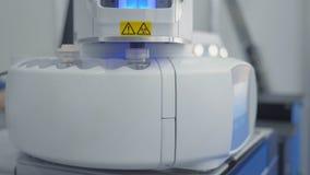 Radioaktive giftige Substanz Medizinisches Experiment Roboterarm, der chemische Verbindung in Massenspektrometer, weit entfernt stock video footage