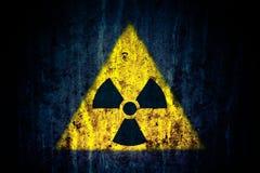 Radioaktivt symbol för guling för fara för joniseringsutstrålning kärn- på mörk lantlig grungebakgrund för massiv sprucken betong Royaltyfri Fotografi