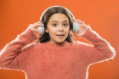 Radioapp voor uw mobiel apparaat De muziek is haar ziel Slijtagehoofdtelefoons van het meisjes luisteren de leuke weinig kind muz royalty-vrije stock afbeeldingen