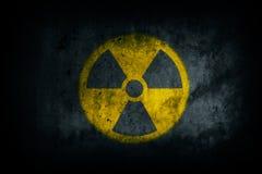 Radioativo nuclear Perigo nuclear atômico radioativo da radiação ionizante que adverte a parede amarela do cimento do concreto da fotografia de stock royalty free