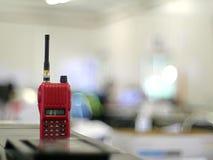Radiocommunication na stołowym i zamazanym tle obraz stock