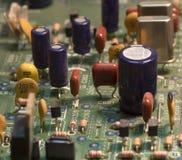 Radiocomponenten op een gedrukte kringsraad stock afbeeldingen