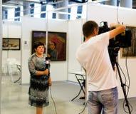 Radiodiffuseur femelle de télévision au travail photos stock