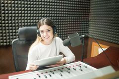 Radiodiffuseur par radio de femme au studio d'enregistrement photo libre de droits
