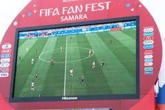 Radiodiffusione della partita Danimarca-Australia sullo schermo nella zona del fan della coppa del Mondo 2018 Immagini Stock