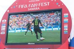 Radiodiffusione della partita Danimarca-Australia sullo schermo nella zona del fan della coppa del Mondo 2018 Fotografia Stock Libera da Diritti