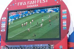 Radiodiffusione della partita Danimarca-Australia sullo schermo nella zona del fan della coppa del Mondo 2018 fotografie stock libere da diritti