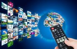 Radiodiffusione della televisione che scorre le multimedia Compositi del globo della terra Fotografia Stock