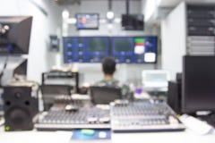 Radiodiffusione di immagine di sfuocatura un controllo della televisione fotografie stock