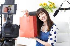Radiodiffusione femminile della registrazione di Vlogger a casa Fotografie Stock