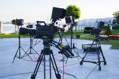 Radiodiffusione TV; produzione della fucilazione o del video di film e film, gruppo delle troupe televisiva con la macchina fotog fotografie stock