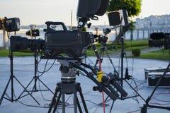 Radiodiffusione TV; produzione della fucilazione o del video di film e film, gruppo delle troupe televisiva con la macchina fotog immagini stock libere da diritti
