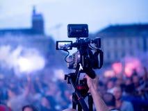 Radiodiffusione TV in tensione del cineoperatore e notizie dalla città Fotografie Stock