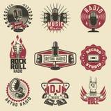 Radioetiketten Retro radio, verslagstudio, rots - en - broodjesradio vector illustratie