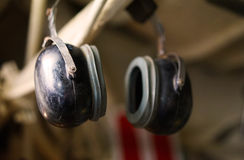 Radioexploitanthoofdtelefoons op WO.II-onderzeeër stock foto