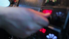 Radiofrecuencia de regulación del aviador profesional en el equipo del vuelo en aeroplano metrajes