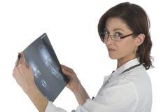 Radiografía a de la pizca del doctor de la mujer sobre el backgro blanco Fotografía de archivo libre de regalías