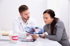 Radiograf?a de Showing Teeth del dentista a la mujer imagen de archivo libre de regalías