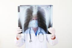 Radiografía del pecho de examen del doctor Imagen de archivo