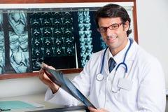 Radiografía feliz de Holding del radiólogo Fotografía de archivo libre de regalías
