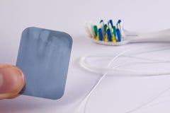 Radiographiez la photo avec une brosse à dents et un fil dentaire Image stock