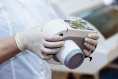 Radiographiez le dispositif dans des mains d'équipement de dentiste, instrument médical Concept sain image stock