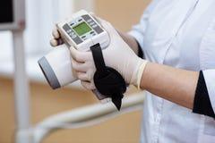 Radiographiez le dispositif dans des mains d'équipement de dentiste, instrument médical Concept sain images libres de droits