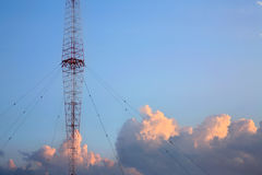 Radiokontrollturm und Himmel Lizenzfreies Stockfoto