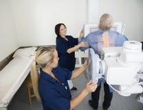 Radiolodzy Bierze Xray Męski pacjent W szpitalu obrazy stock