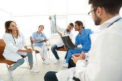 Radiolodzy i chirurg dyskutuje radiograph pacjent Zdjęcie Royalty Free