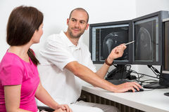 Radiolog councelling pacjenta używa wizerunki od tomograpy lub MRI Obraz Royalty Free