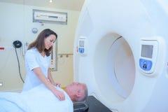 Radiolog som ger anvisning till patienten arkivfoto