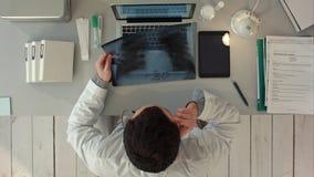 Radiologa mężczyzna sprawdza xray Odgórny widok obrazy royalty free
