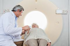 RadiologComforting Patient Before CT bildläsning Royaltyfria Foton