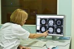Radiologe, der Röntgenstrahlbild analysiert Lizenzfreie Stockfotos