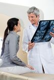 Radiologe-Looking At Female-Patient Stockbilder