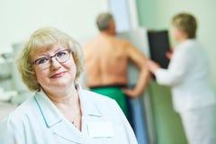 Radiologi och sjukvård vuxen radiologstående Arkivbilder