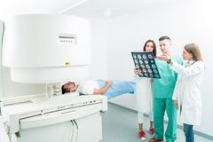 Radiologia, operacja, ludzie i medycyny pojęcie, - kobiet lekarki Zdjęcia Royalty Free