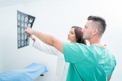 Radiologia, operacja, ludzie i medycyny pojęcie, - kobiet lekarki Obrazy Royalty Free