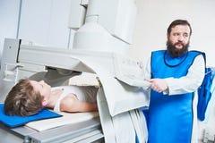 Radiologia specjalista przy pracą męski radiolog w ochronnej odzieży Zdjęcie Stock