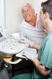 Radiologic teknolog With Patient Royaltyfri Foto