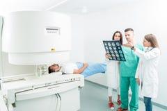 Radiologie-, Chirurgie-, Leute- und Medizinkonzept - Ärztinnen lizenzfreie stockfotos