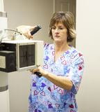 Radiologie-Techniker mit Röntgenstrahl stockfotos