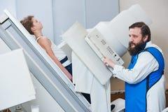 Radiologiespezialist bei der Arbeit männlicher Radiologe in der schützenden Abnutzung Stockfoto