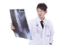 Radiologista masculino maduro de Ásia que estuda o raio X do paciente Fotografia de Stock