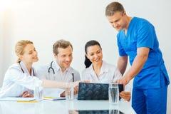 Radiologista masculino maduro que junta-se a seus colegas durante a reunião fotografia de stock